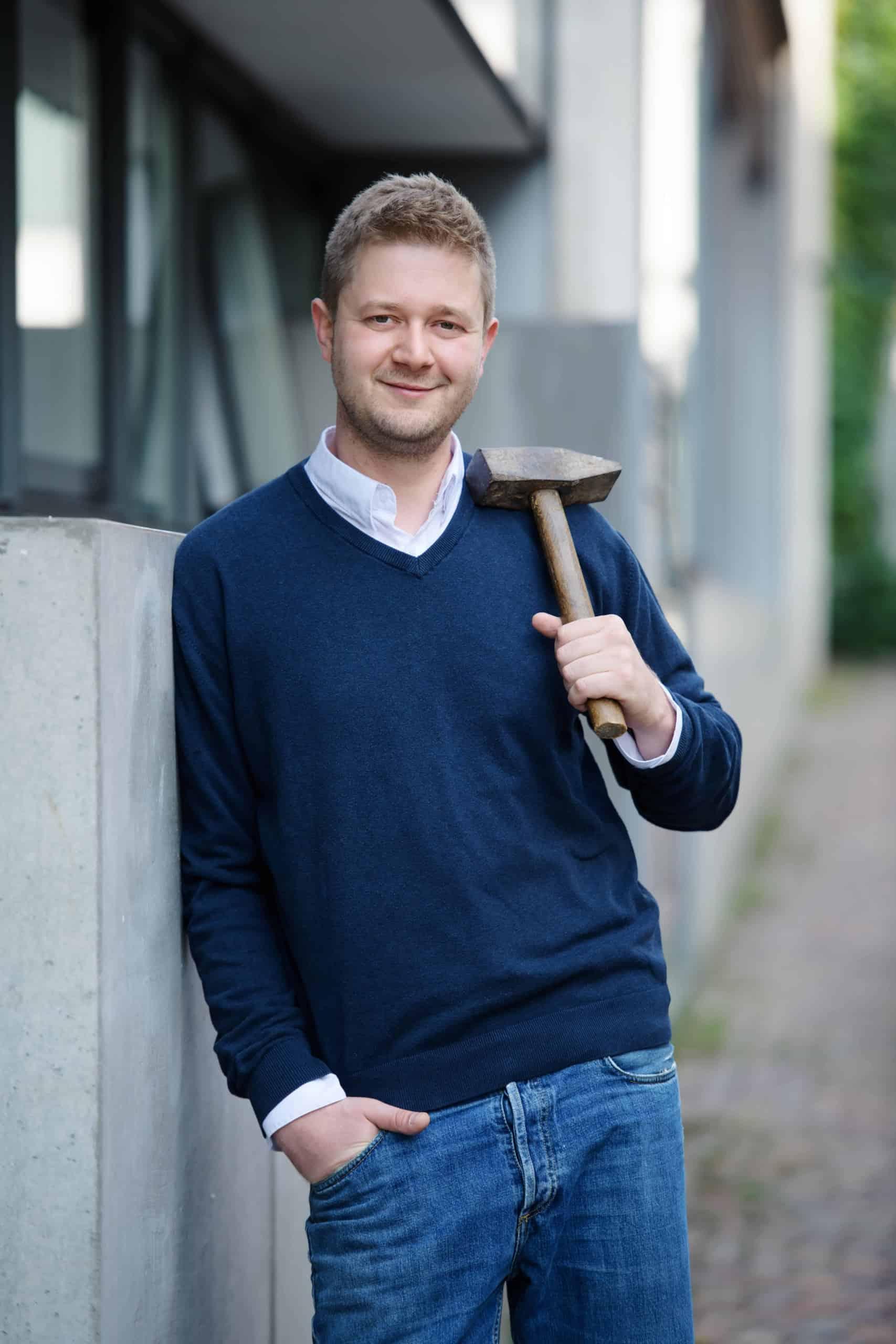 michael-hammer-mit-hammer-in-der-hand